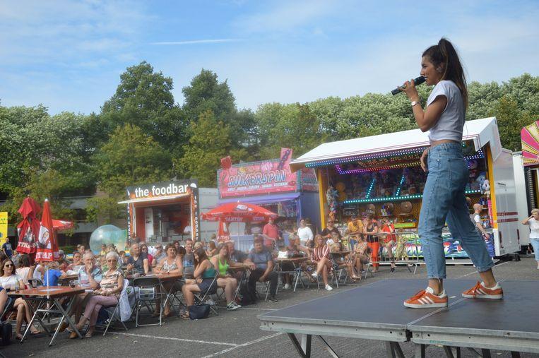 De toeschouwers op het Dr. Hemerijckxplein genieten van het optreden van Sima.