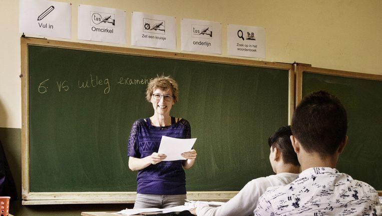 Lies Lievens coördineert zes onthaalklassen in Dendermonde. 'Ze zijn nog maar net de taal aan het leren, en dat wordt binnenkort misschien een maat voor niets.' Beeld Eric De Mildt