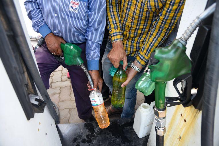 Slechts eenvijfde van de benzineprijs wordt bepaald door de prijs van ruwe olie. De rest wordt bepaald door raffinage, transport, opslag, accijns, tankstations en btw.  Beeld SOPA Images/LightRocket via Gett