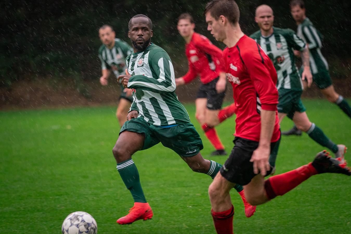 Jureno Augusto namens Wageningen (in het groen-wit) in actie