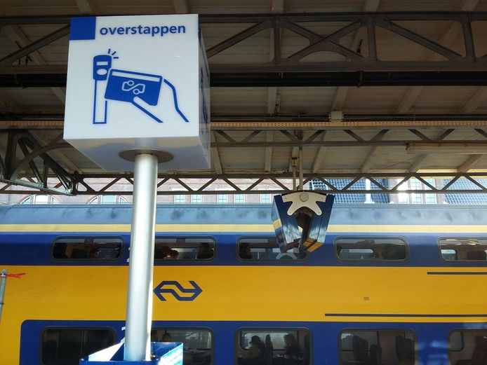 Wie met de trein van Zeeland naar Brabant reist of andersom moet altijd overstappen in Roosendaal. Reizigers missen regelmatig de aansluiting omdat de overstaptijd volgens de PvdA te kort is.