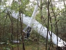 Zweefvliegtuigje crasht in bosperceel