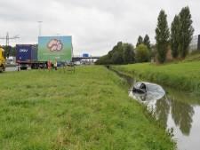 Vrachtwagen botst tegen personenwagen op A73: automobilist verliest controle en belandt in sloot
