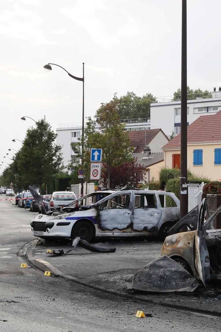 Op 8 oktober werd een molotovcocktail in een politievoertuig gegooid in Viry-Chatillon, nabij Parijs. Beeld AFP