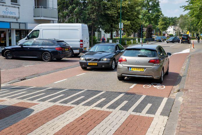 Voor fietsers is er te weinig plek op de Eerselsedijk in Bergeijk, zoals hier nabij de bocht met de Hof. Foto DCI Media
