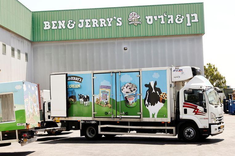 Een vrachtwagen voor de Ben & Jerry's fabriek in Be'er Tuvia, Israel. Beeld REUTERS/Ronen Zvulun