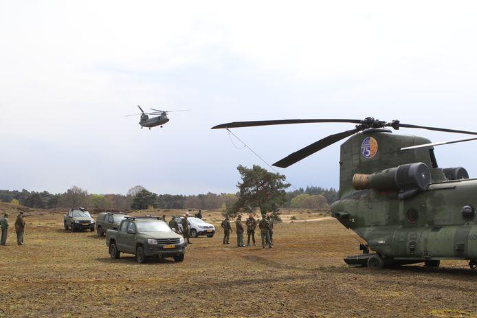 Een hulpteam landt bij de gestrande defensiehelikopter op het Wekeromse Zand.