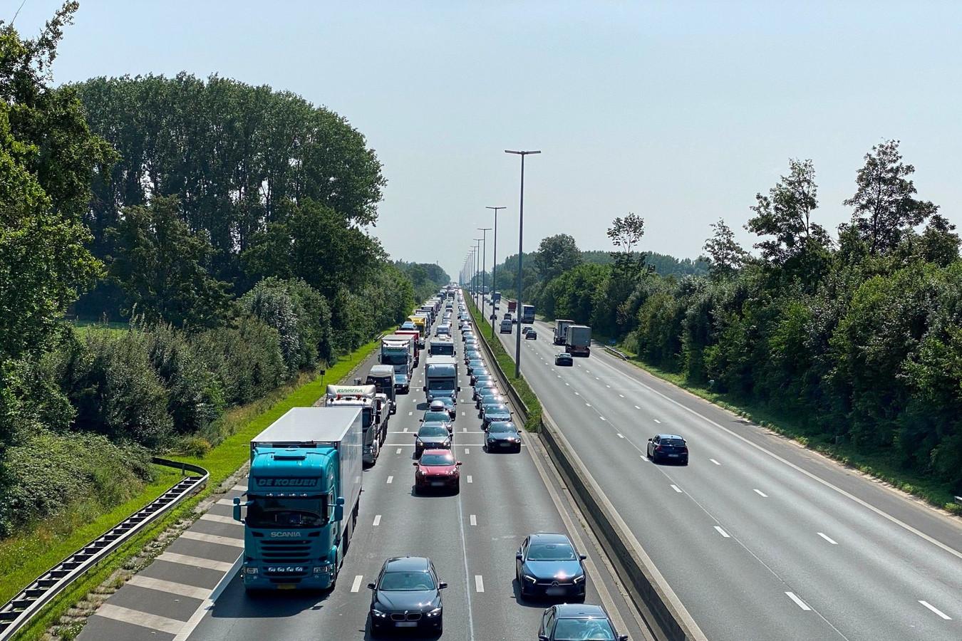 ILLUSTRATIEBEELD: File op de E40 tussen Erpe-Mere en Wetteren.