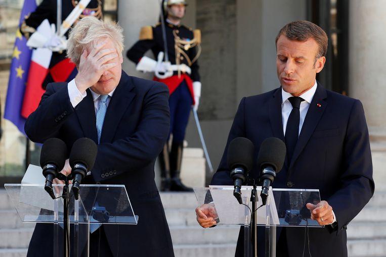 De Britse premier Boris Johnson (links) en de Franse president Emmanuel Macron geven een gezamenlijke persverklaring voorafgaand aan hun brexit-overleg in het Élysée in Parijs. Beeld Foto Reuters
