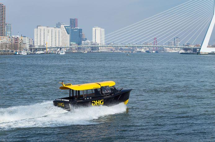 De bekende watertaxi in Rotterdam.