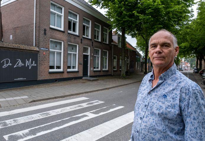 Frans van de Lavoir voor zijn B&B De Zilte Melis in Meliskerke.