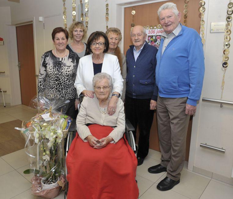 Celina kreeg op haar 106ste verjaardag bezoek van familie en het gemeentebestuur.