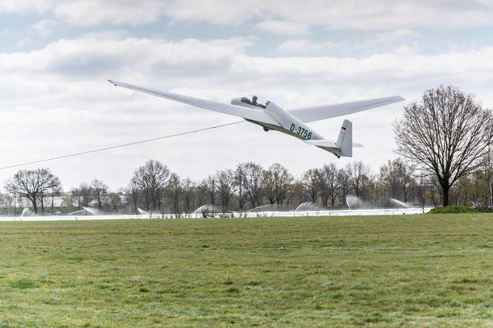 Met hoge snelheid trekt de lier een zweefvliegtuig de lucht in. Foto: THOMAS SEGERS / Van Assendelft