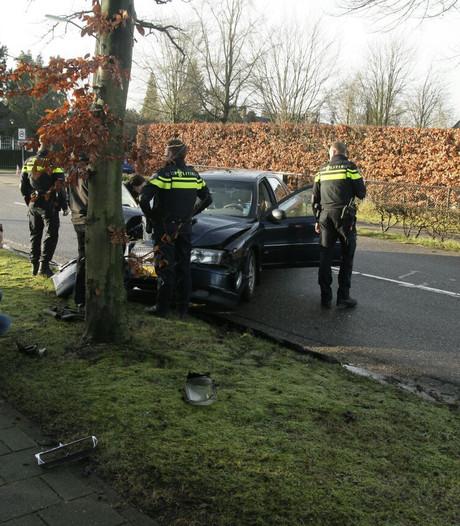 Vrouw rijdt met auto tegen boom in Aarle-Rixtel