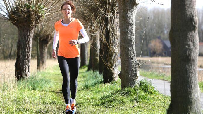 Runningtherapeut Gerda Kloet geeft sessies in het Delftse Hout.