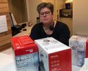 Ida van der Plas, assistente van huisartsenpraktijk Van der Brugge in Uddel, is zichtbaar ontroerd dat er gehoor wordt gegeven aan de oproep om mondkapjes komen brengen