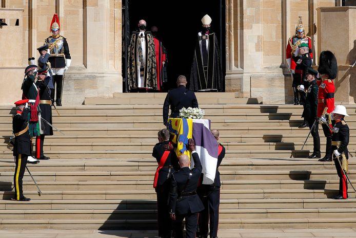 De kist wordt St George's Chapel binnen gedragen