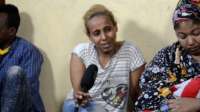 Hashim en zijn vrouw Hanan uit Soedan werden in Libië vastgehouden. Hanan vertelt hoe ze een miskraam kreeg. De dode baby bleef gewoon in haar buik zitten. Beeld Mahmoud Elsobky