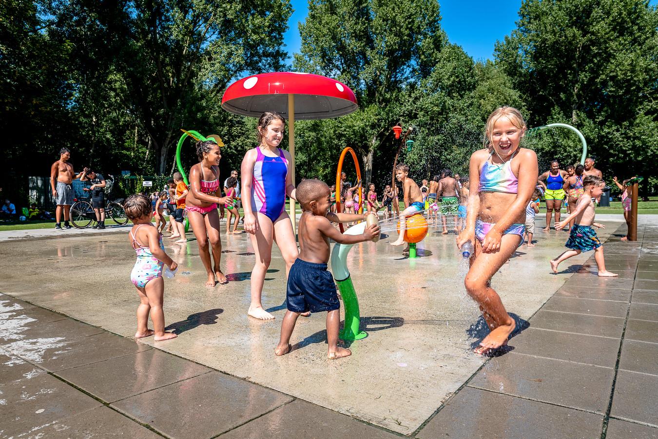 Op deze zomerse dagen trekken veel kinderen en hun ouders naar het Schollebos voor een portie waterplezier. Zoals de 7-jarige Guusje, die een grote straal op zich gericht krijgt.