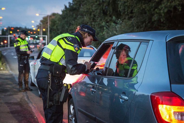 Wat lijkt op willekeurige controles komt te vaak neer op het aanhouden van niet-witte bestuurders.  Beeld Dingena Mol