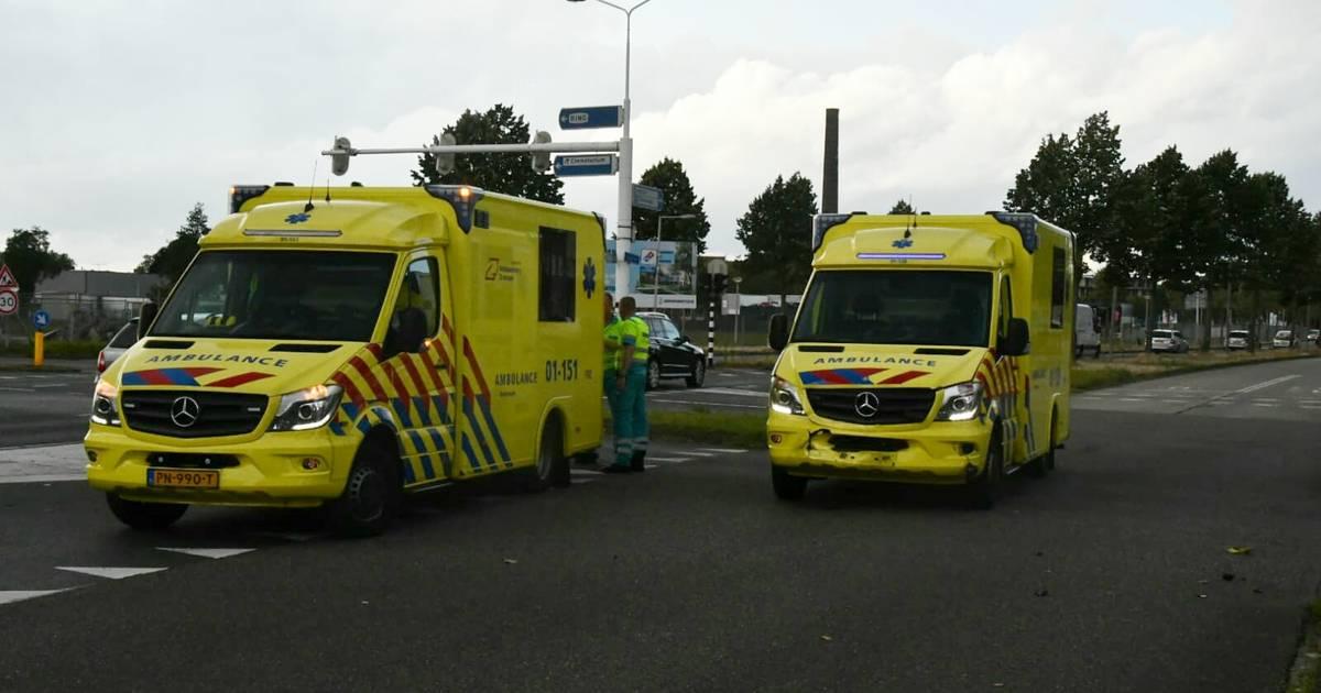 Ene ambulance uit Groningen schiet andere te hulp na botsing in Enschede.