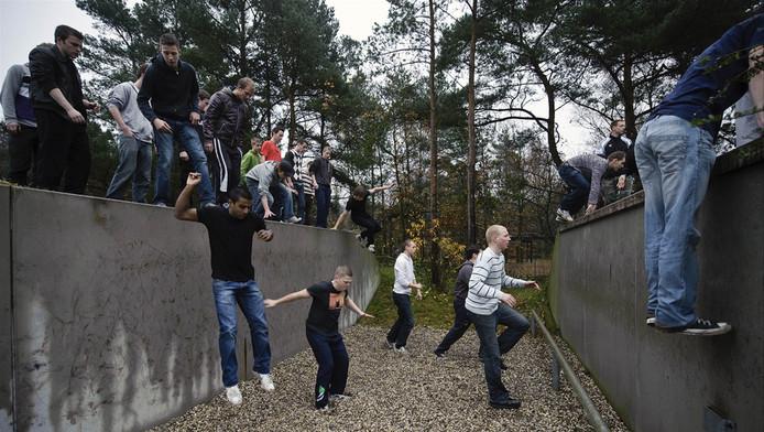Jongeren tijdens een open dag op de stormbaan op de kazerne van het Korps Mariniers in Doorn.