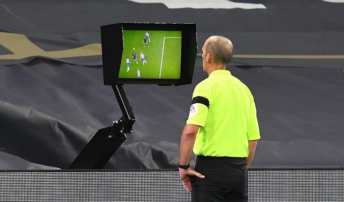 Na het bekijken van de beelden keurt scheidsrechter Mike Dean keurt de goal van Laporte af.