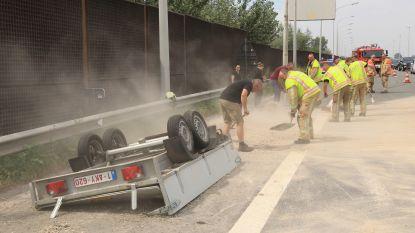Aanhangwagen slaat overkop, rijbaan van E17 bezaaid met grind