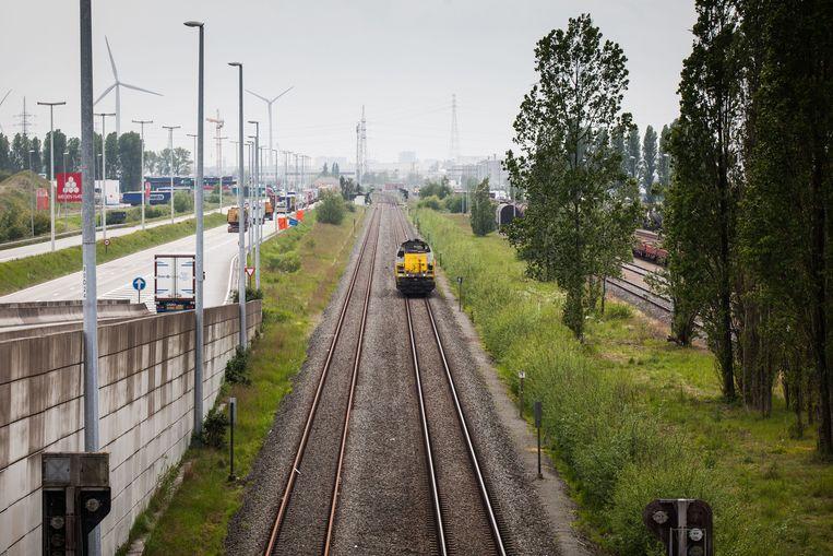 Spoorlijn 204 is de goederentransportlijn in de Gentse haven.  Beeld Wannes Nimmegeers