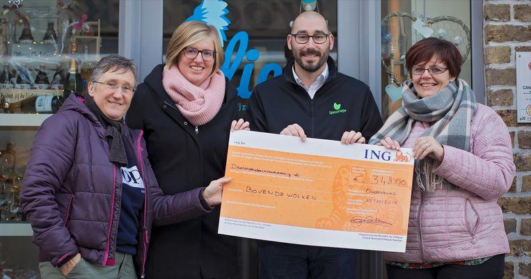 Deze mensen uit Oudenburg steunen de vzw Boven De Wolken, die overleden baby's na de geboorte fotografeert om de ouders een blijvende herinnering te geven.  Beeld Carole Jacquy