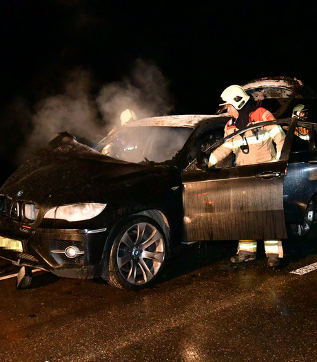 Auto vliegt spontaan in brand op N338 bij Angerlo