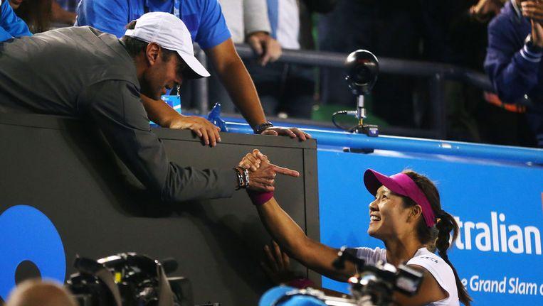 Coach Carlos Rodriguez viert met Li Na. Beeld GETTY