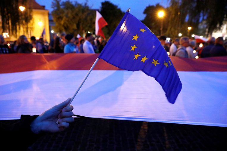 Betogers in Warschau demonstreren tegen de justitiële hervormingen die de regering wil doorvoeren. Beeld REUTERS