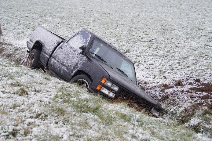 Auto in de sloot op A59