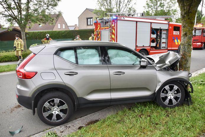 De gloednieuwe Volvo XC40 botste tegen een boom langs de Knokbeeklaan in Lauwe.