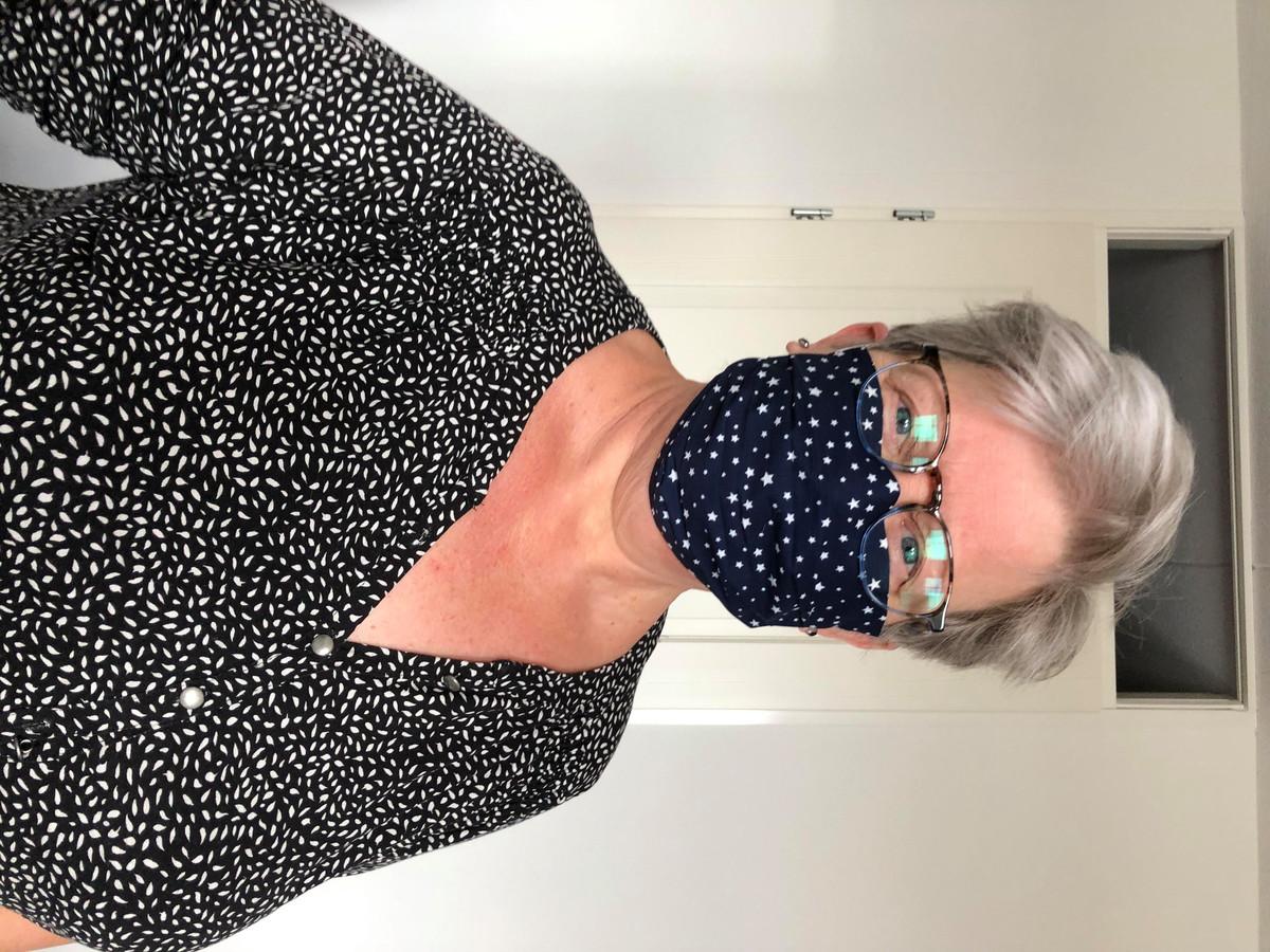 """Marline Smits uit Geertruidenberg: """"Ikzelf heb het mondkapje gemaakt van katoen. Mijn kapster kwam vandaag aan huis knippen dus daarom voor haar en mij een mondkapje gemaakt."""""""