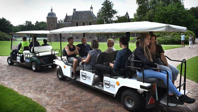 Bezoekers worden met golfkarretjes van de parkeerplaats naar het museum gebracht. Beeld Marcel van den Bergh / de Volkskrant