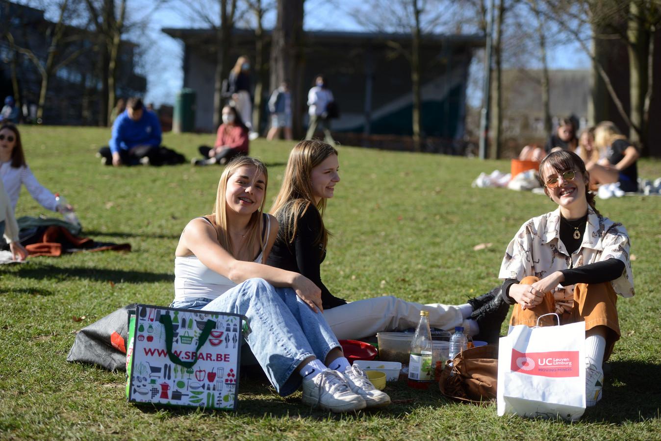Chloé Fransoo (19), Jana Vleminckx (18) en Paula Vanvooren (18) in het stadspark
