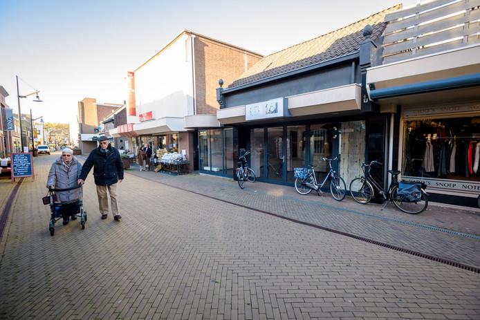 Caroline Klein van Klein Kleding Junior: Er lopen nog maar weinig mensen op de Kerkbuurt, het is een stuk rustiger op straat.''