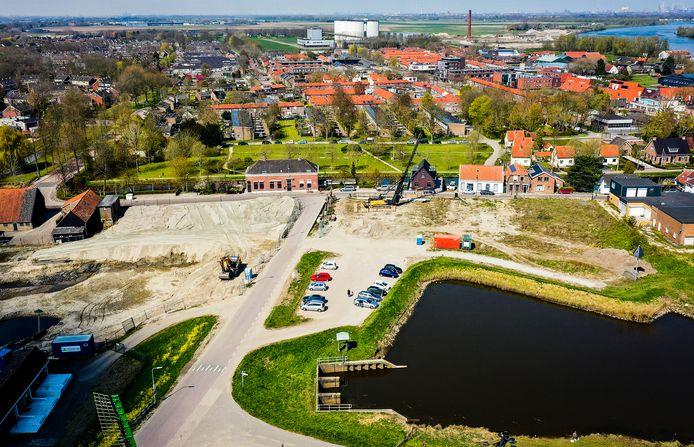 Vrijdag is aan het Schouteneinde in Puttershoek de eerste paal voor het project De Posthoorn geslagen. Rechts ervan zal ook het oude winkelpand van De Zeeuw wijken voor woningbouw. Later dit jaar start links ook de bouw van De Waterborg.