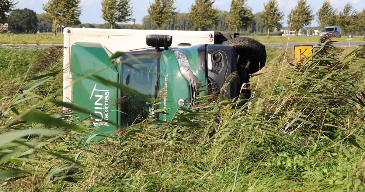 Vrachtwagen vliegt de sloot in bij eenzijdig ongeval nabij Lelystad Airport.