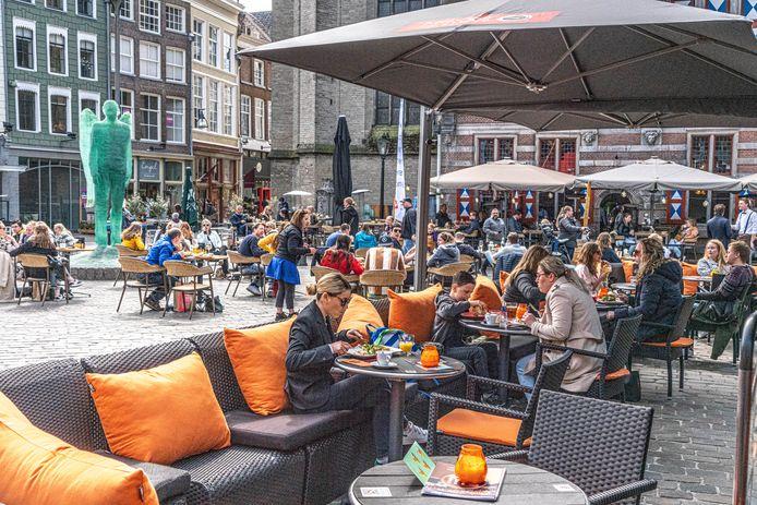 Het terras van Stadscafé Blij op de Grote Markt in Zwolle.