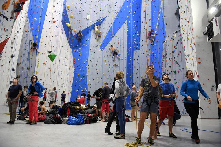 De nieuwe klimzaal De Stordeur was nog maar zes dagen open. Op de dag van de opening (foto) was er meteen veel belangstelling.