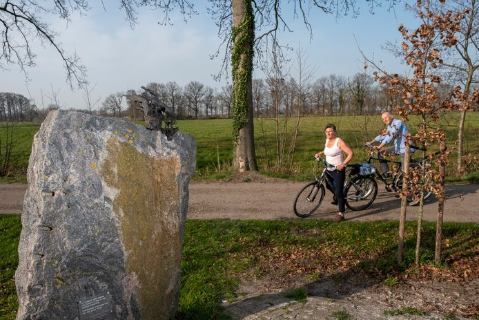 Het oorlogsmonument dat herinnert aan de neergestorte bommenwerper in Oosterwolde krijgt straks een plek in de nieuwe wijk.