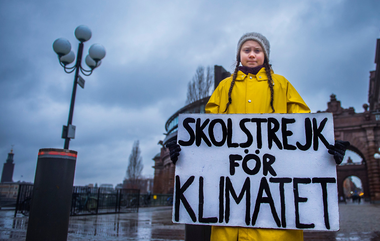 De 15-jarige Zweedse Greta Thunberg met op haar bord 'Schoolstaking voor het klimaat'. Beeld REUTERS