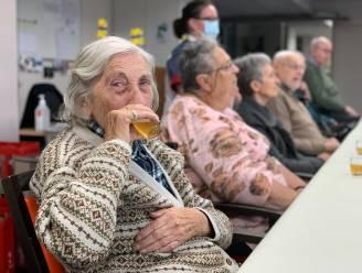Abt Erik leert senioren in Dagverzorging Veldkant bier proeven