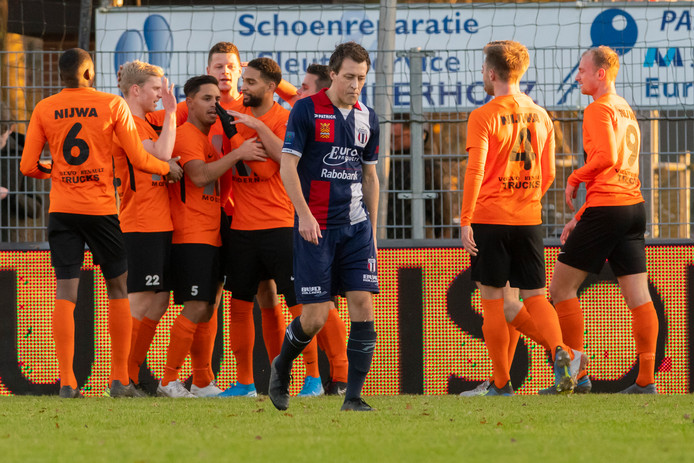 Robin van der Ende treurt na weer een tegentreffer Excelsior Maassluis tegen HHC Hardenberg.