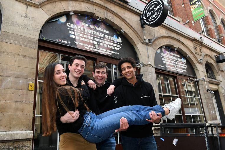 Barmannen Kim Biermans, Matthias Brussens, Matthias Gellens en Anthony Koti zijn klaar voor een Warmste Week in 't Archief in Leuven