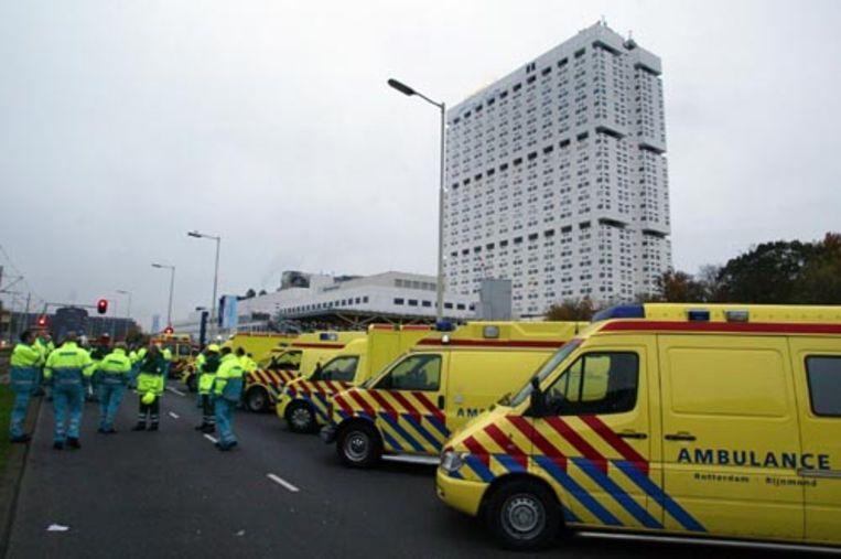 Twintig ambulances staan zondagochtend paraat om patiënten van het Erasmus MC in Rotterdam te vervoeren. Bij het voormalige Dijkzigt-ziekenhuis woedde zondagochtend een grote brand. Niemand raakte gewond. Toen bleek dat er geen patiënten geëvacueerd hoefden te worden, mochten de ziekenwagens vertrekken. (ANP) Beeld ANP