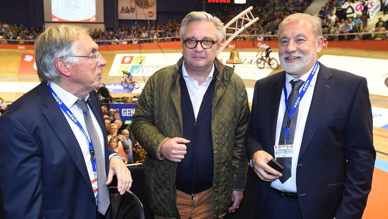 Patrick Sercu (links) en Rob Discart (rechts) met hun opvallendste bezoeker: Prins Laurent. Beeld BELGA